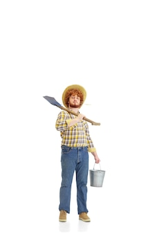 Przystojny farmer farmer na białym tle nad białym