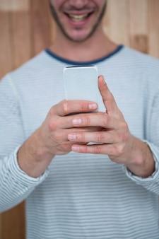 Przystojny hipster za pomocą smartfona