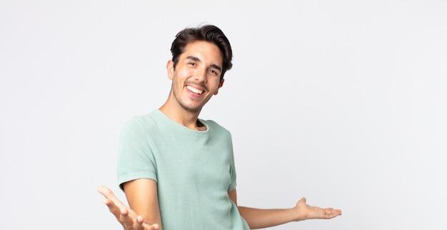 Przystojny hiszpan wyglądający na szczęśliwego, aroganckiego, dumnego i zadowolonego z siebie, czujący się jak numer jeden