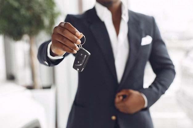 Przystojny i elegancki mężczyzna w salonie samochodowym