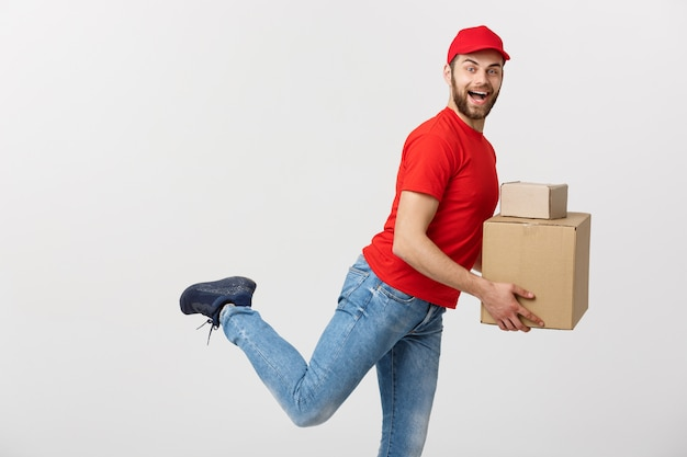 Przystojny kaukaski mężczyzna pośpiechu działa dla dostarczania