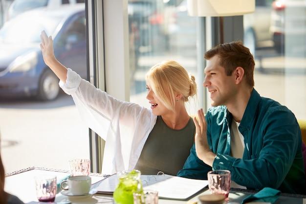 Przystojny kaukaski para w kawiarni