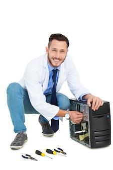 Przystojny komputerowy inżynier pracuje przy otwartym komputerem