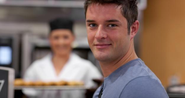 Przystojny męski klient w piekarni
