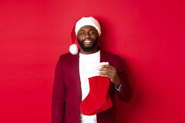 Przystojny mężczyzna afroamerykanin obchodzi ferie zimowe