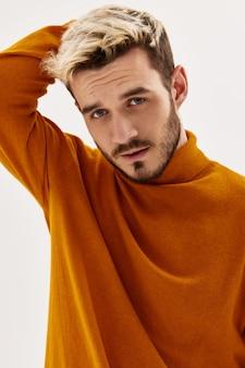 Przystojny mężczyzna atrakcyjny wygląd moda męska odzież w nowoczesnym stylu