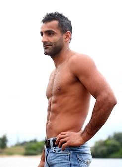Przystojny mężczyzna bez koszuli