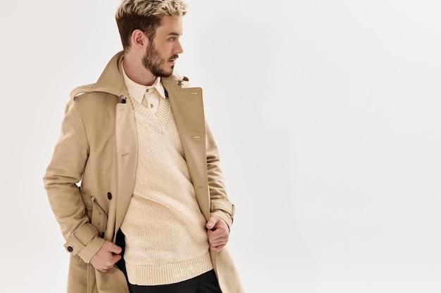 Przystojny mężczyzna beżowy płaszcz moda nowoczesny styl