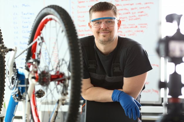 Przystojny mężczyzna blogger usługi rowerowe