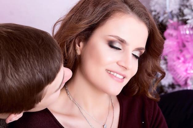 Przystojny mężczyzna całuje szyję kobiety