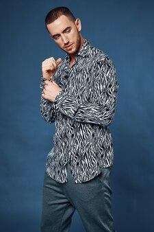Przystojny mężczyzna czarno-biała koszula moda model pewności siebie