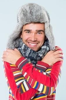 Przystojny mężczyzna czuje się zimno