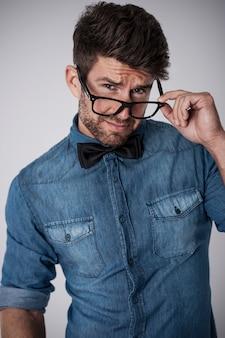 Przystojny mężczyzna flirtuje z okularami