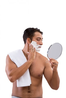 Przystojny mężczyzna golenia na białym tle