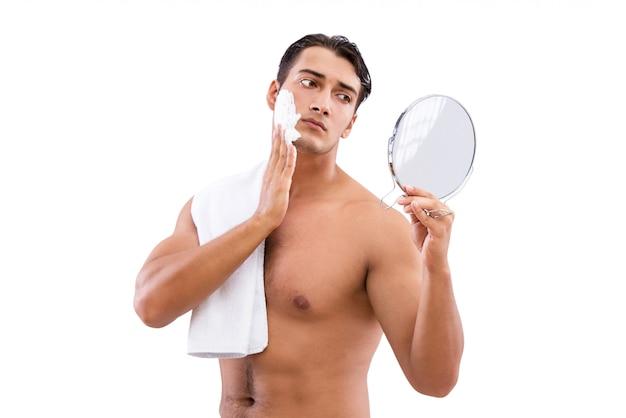 Przystojny mężczyzna golenie odizolowywający na bielu