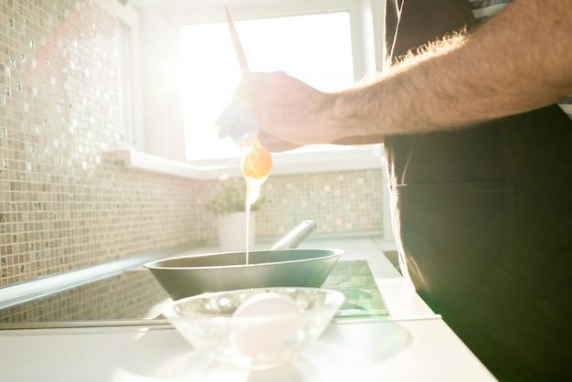Przystojny mężczyzna gotowania jaj