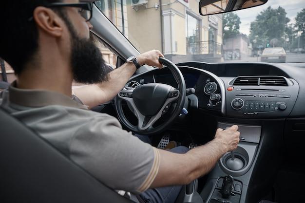 Przystojny mężczyzna jedzie samochód