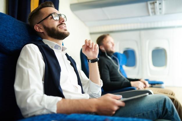 Przystojny mężczyzna korzystających z lotu samolotem