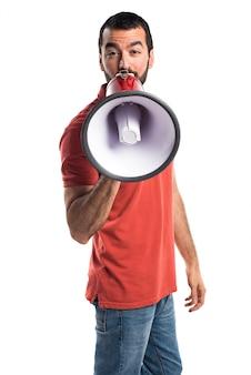 Przystojny mężczyzna krzyczy megafonem