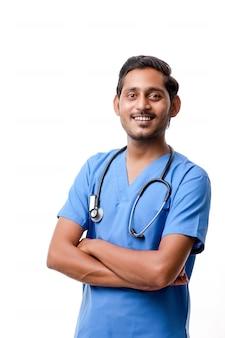 Przystojny mężczyzna lekarz na białym tle