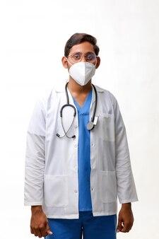 Przystojny mężczyzna lekarz stojący na białym tle.