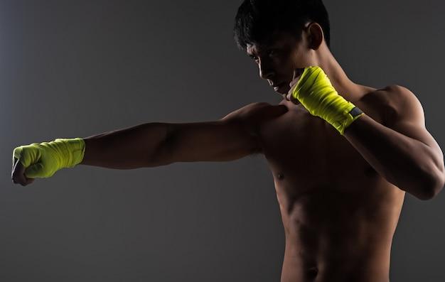 Przystojny mężczyzna ma na sobie żółte okłady dłoni