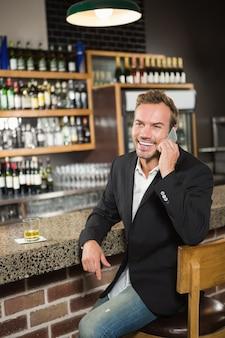 Przystojny mężczyzna ma rozmowę telefonicza