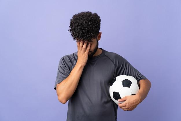 Przystojny mężczyzna młody piłkarz marokański na białym tle na fioletowym tle z wyrazem zmęczony i chory