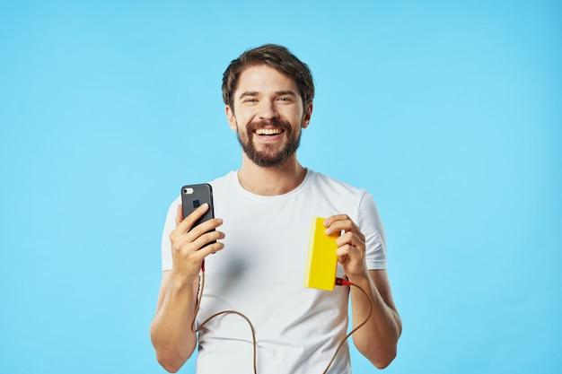 Przystojny mężczyzna model z brodą z telefonem