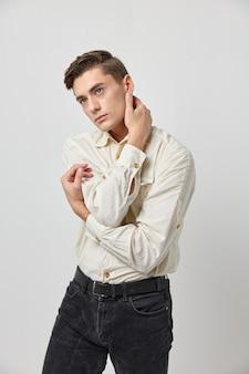 Przystojny mężczyzna modna fryzura glamour studio mody pewności siebie