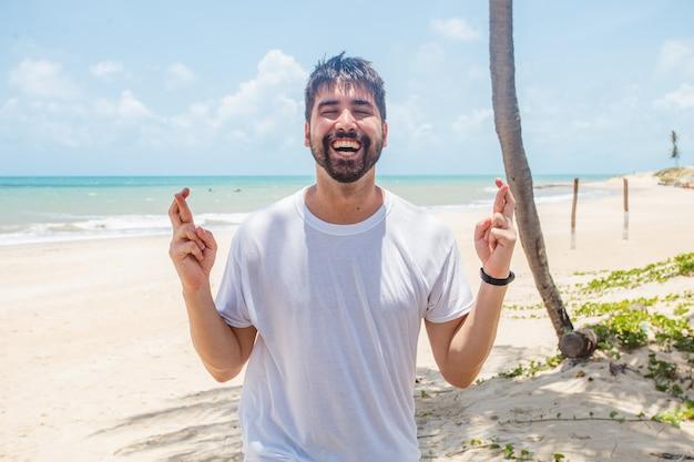 Przystojny mężczyzna na plaży