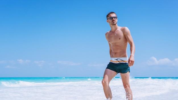 Przystojny mężczyzna na wakacje oceanem
