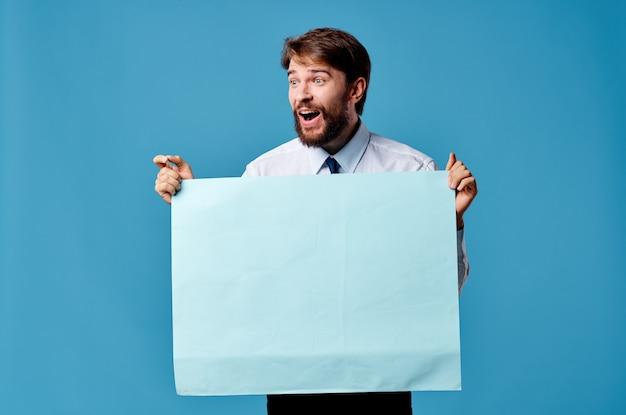Przystojny mężczyzna niebieski arkusz prezentacji reklamy zbliżenie