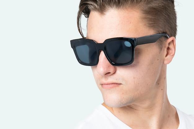 Przystojny mężczyzna nosi czarne okulary wayfarer z bliska