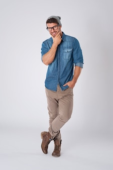 Przystojny mężczyzna nosi modne okulary i wełniany kapelusz