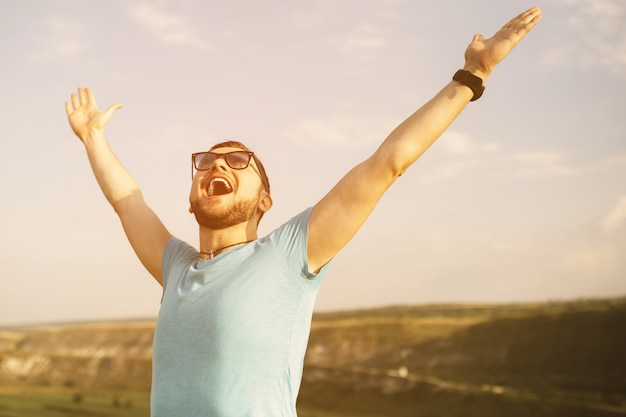 Przystojny mężczyzna outdoors portret z retro rocznika instagram filtrem