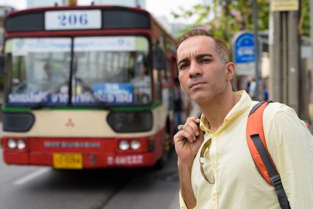 Przystojny mężczyzna perski turysta zwiedza miasto bangkok w tajlandii