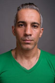 Przystojny mężczyzna perski z siwymi włosami na sobie zieloną koszulkę