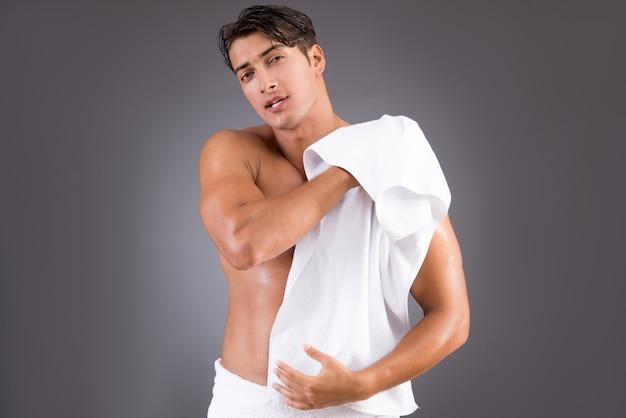 Przystojny mężczyzna po porannej prysznic