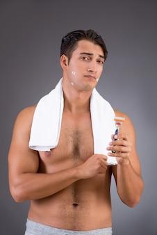 Przystojny mężczyzna po rannej prysznic