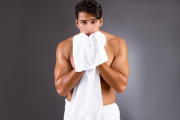 Przystojny mężczyzna po wzięciu prysznic