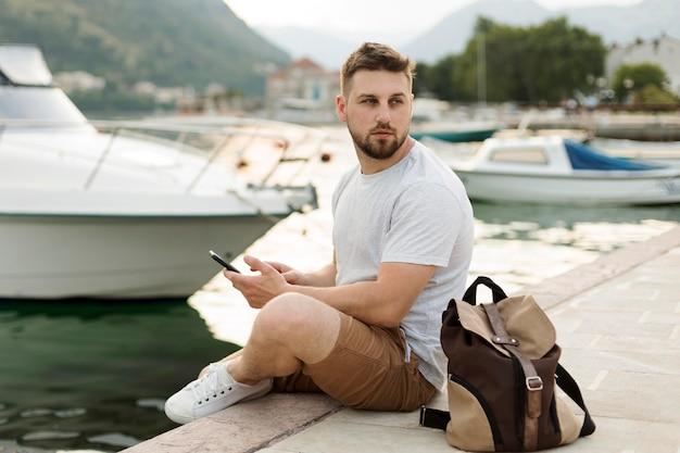 Przystojny mężczyzna podróżnik w czarnogórze