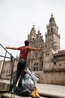 Przystojny mężczyzna podróżnik w zabytkowej katedrze