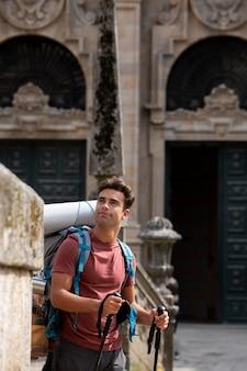 Przystojny mężczyzna podróżujący ze swoim plecakiem