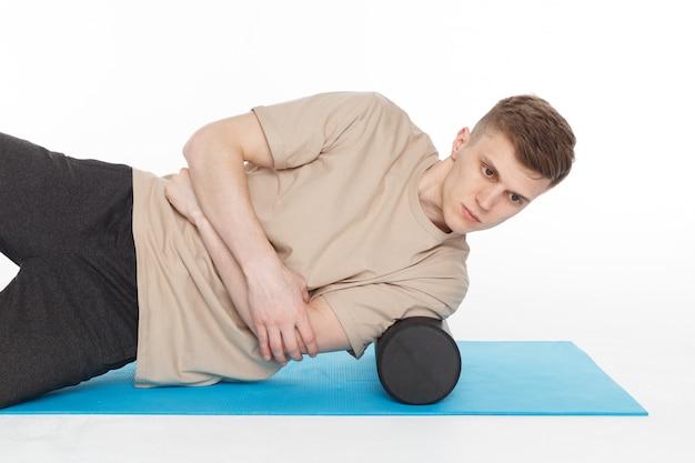 Przystojny mężczyzna pokazuje ćwiczenia
