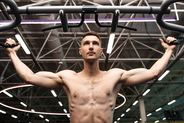 Przystojny mężczyzna pompowania mięśni ramion