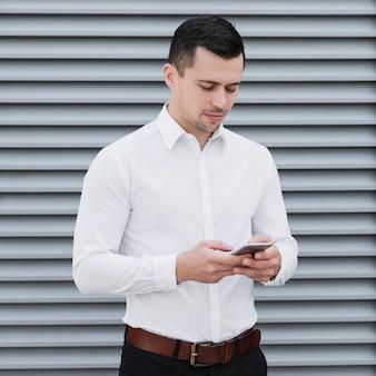 Przystojny mężczyzna pracujący sprawdzanie telefonu