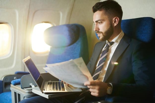 Przystojny mężczyzna pracujący w samolocie