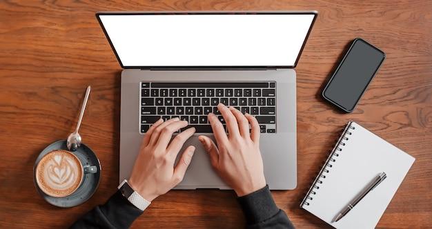 Przystojny mężczyzna pracuje na laptopie w miejscu pracy