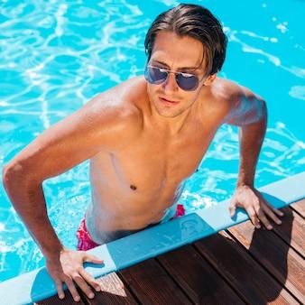 Przystojny mężczyzna przy basenem